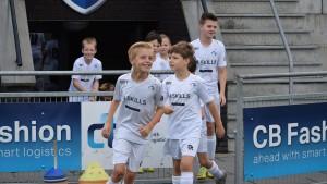 spelers rennen het veld op bij SV Deurne