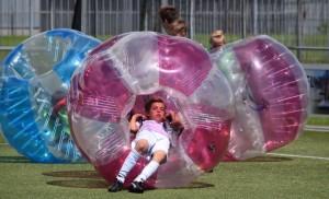 jongen kruipt in de bubbelvoetbal