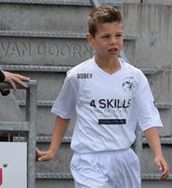 jongen wordt gescout tijdens voetbalwedstrijd