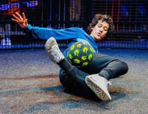 joshua agteres geeft een freestyle voetbalshow in Den Helder